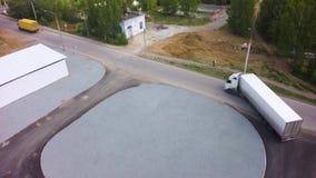 Widok z lotu ptaka ciężarówki parkować przed przemysłu budynkiem klamerka antena Powietrzny Odgórny widok bielu Semi ciężarówka z zbiory