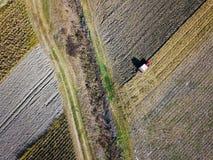 Widok z lotu ptaka Ciągnikowa bronowanie ziemia Fotografia Stock
