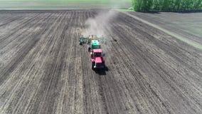 Widok z lotu ptaka ciągnikowy nasiewania pole zdjęcie wideo