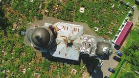 Widok z lotu ptaka cmentarz blisko świątyni w Rosja 4k zdjęcie wideo