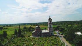 Widok z lotu ptaka cmentarz blisko świątyni w Rosja 4k zbiory wideo
