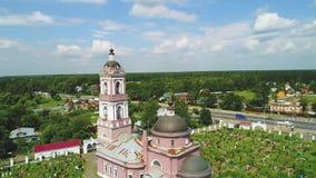 Widok z lotu ptaka cmentarz blisko świątyni w Rosja 4k zbiory