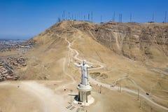 Widok z lotu ptaka Cristo Del Pacifico i Morro Słoneczny wzgórze w tle zdjęcia royalty free