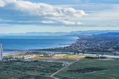 Widok z lotu ptaka Cullera plaża z wioski linia horyzontu w Śródziemnomorskim Walencja Hiszpania obraz stock