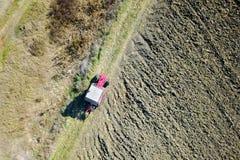 Widok z lotu ptaka czerwona Ciągnikowa bronowanie ziemia Fotografia Royalty Free