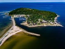 Widok z lotu ptaka Czerwoni drewniani domy na dennym wybrzeżu lub jeziorze zdjęcia stock