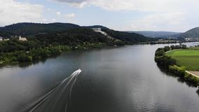 Widok z lotu ptaka Danube Walhalla i rzeki pomnik na wzgórzu, Donaustauf, Bavaria, Niemcy Prędkości łódkowaty żeglowanie zdjęcie wideo