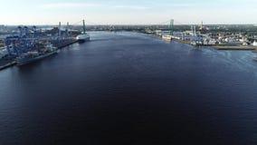 Widok z lotu ptaka Delaware rzeka blisko Walt Whitman mostu Filadelfia bydło - Nowy - zbiory wideo