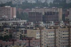 Widok z lotu ptaka deszczowy dzie? miasto i chmurny Rosja fotografia stock