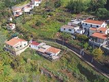 widok z lotu ptaka domy i mali gospodarstwa rolne w stromego zbocza dolinie między Funchal i Madeira z małymi polami i drogą obrazy royalty free