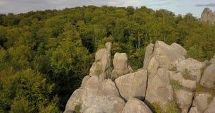 Widok z lotu ptaka Dovbush Kołysa w Bubnyshche, Karpackie góry, Ukraina zdjęcie wideo