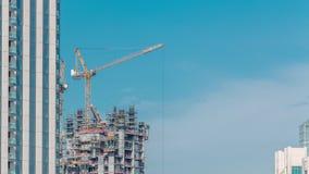 Widok z lotu ptaka drapacz chmur w budowie z ogromnymi żurawiami w Dubaj timelapse emiraty arabskie united zbiory wideo