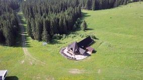 Widok z lotu ptaka drewniany dom w g?rach na zielonym gazonie zbiory wideo