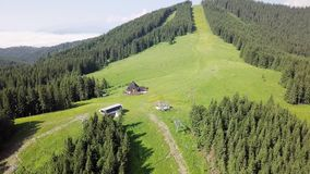 Widok z lotu ptaka drewniany dom w g?rach na zielonym gazonie zdjęcie wideo