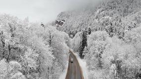 Widok z lotu ptaka droga w zima lesie na chmurnym dniu Piękna zimy droga wśród natury świerczyna wewnątrz i sosna zbiory
