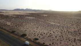 Widok z lotu ptaka droga z wzgórzami zdjęcie wideo