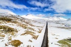 Widok z lotu ptaka drogowe i śnieżne góry Zdjęcie Stock