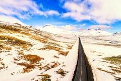 Widok z lotu ptaka drogowe i śnieżne góry, Iceland Obraz Stock