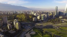 Widok z lotu ptaka drogowy jungtion i Manquehue wzgórze od Vitacura bicentennial parka na jasnym dniu w Chilijskim kapitale zdjęcie wideo
