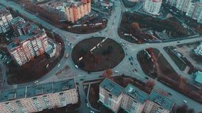 Widok z lotu ptaka drogowy okrąg z miasto samochodów ruchem drogowym, boczny widok, Ternopil, Ukraina zbiory wideo