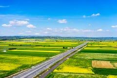 Widok z lotu ptaka drogowy omijanie przez wiejskiego krajobrazu z kwiatem Zdjęcie Royalty Free