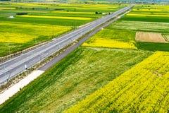 Widok z lotu ptaka drogowy omijanie przez wiejskiego krajobrazu z kwiatem Obrazy Royalty Free