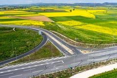 Widok z lotu ptaka drogowy omijanie przez wiejskiego krajobrazu z kwiatem Fotografia Royalty Free