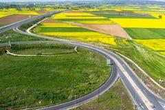 Widok z lotu ptaka drogowy omijanie przez wiejskiego krajobrazu z kwiatem Obraz Royalty Free