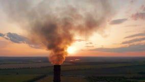 widok z lotu ptaka Drymby rzuca dym w niebie Zanieczyszczenie Powietrza od Przemys?owych ro?liien zbiory