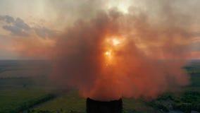 widok z lotu ptaka Drymby rzuca dym w niebie Zanieczyszczenie Powietrza od Przemys?owych ro?liien zbiory wideo