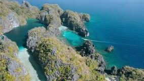 Widok z lotu ptaka duża i mała laguna na zadziwiać Miniloc wyspę el, Palawan Filipiny Wapie? rockowa formacja zdjęcie wideo
