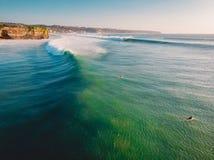 Widok z lotu ptaka duży doskonalić fala w oceanie Duży surfingowiec w Bali i fala obrazy royalty free