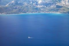 Widok z lotu ptaka duży luksusowy jacht w morzu fotografia royalty free