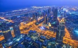 Widok z lotu ptaka Dubaj miasto przy nocą zdjęcie stock