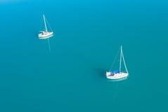 Widok z lotu ptaka dwa jachtu sailling na lazur wodzie Fotografia Stock