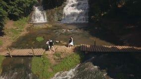 widok z lotu ptaka Dwa muzyków pianista i bandura bawić się na skałach przy siklawą zbiory wideo