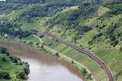 Widok z lotu ptaka dwa pociągi wzdłuż rzecznego Moselle w Niemcy Zdjęcia Royalty Free