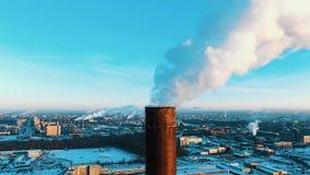 Widok z lotu ptaka dymienie drymba termiczna elektrownia przy zmierzchem zdjęcia stock