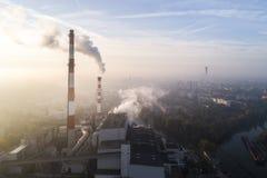 Widok z lotu ptaka dymienie kominy i builidings w tle CHP smog nad miastem i roślina zdjęcie stock