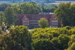 Widok z lotu ptaka dziejowy budynek szkoła Pravdinsk przeor Friedland, Kaliningrad Oblast, Rosja zdjęcia royalty free