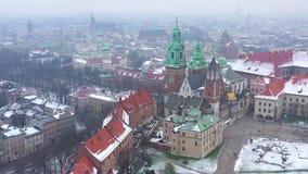 Widok z lotu ptaka dziejowy centrum Krakow, kościół, Wawel Królewski kasztel w zimie zbiory wideo