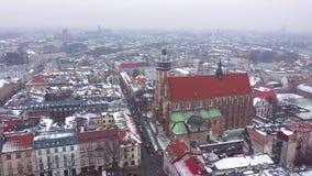 Widok z lotu ptaka dziejowy centrum Krakow, kościół, Wawel Królewski kasztel w zimie zdjęcie wideo
