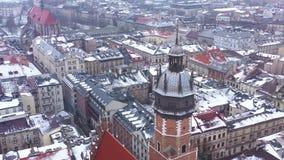 Widok z lotu ptaka dziejowy centrum Krakow, kościół, Wawel Królewski kasztel w zimie Filmujący przy różnorodnymi prędkościami: no zdjęcie wideo