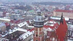 Widok z lotu ptaka dziejowy centrum Krakow, kościół, Wawel Królewski kasztel w zimie Filmujący przy różnorodnymi prędkościami: no zbiory
