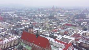 Widok z lotu ptaka dziejowy centrum Krakow, kościół, Wawel Królewski kasztel w zimie Filmujący przy różnorodnymi prędkościami: no zbiory wideo