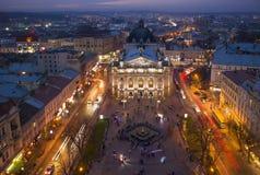Widok z lotu ptaka dziejowy centrum Lviv, Ukraina przy nocą fotografia stock