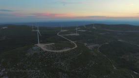 Widok z lotu ptaka dziewięć wiatraczków dla produkci elektryczna energia przy zmierzchem, zbiory wideo