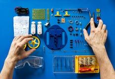 Widok z lotu ptaka elektronika wytłacza wzory equipments na błękitnym tle fotografia royalty free
