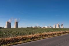 Widok z lotu ptaka elektrownia jądrowa z chłodniczym góruje agains Zdjęcia Royalty Free