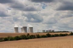 Widok z lotu ptaka elektrownia jądrowa z chłodniczym góruje przeciw Fotografia Stock